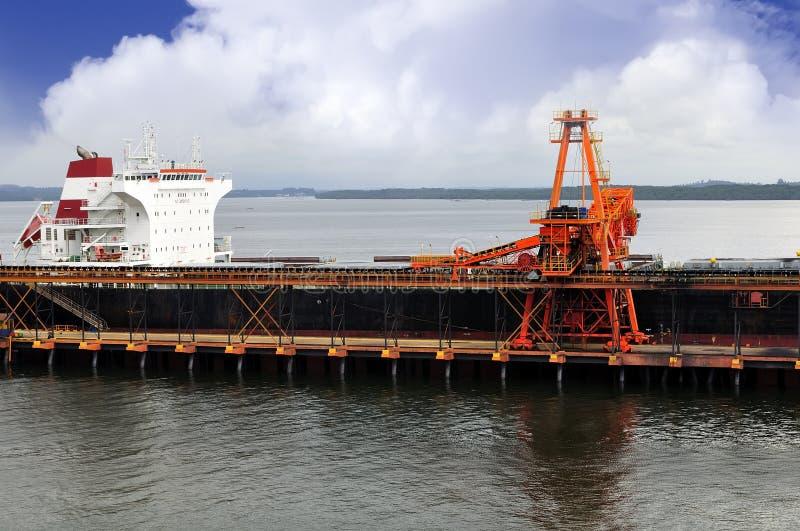 O grande transporte está carregando cargas do carvão à embarcação foto de stock royalty free