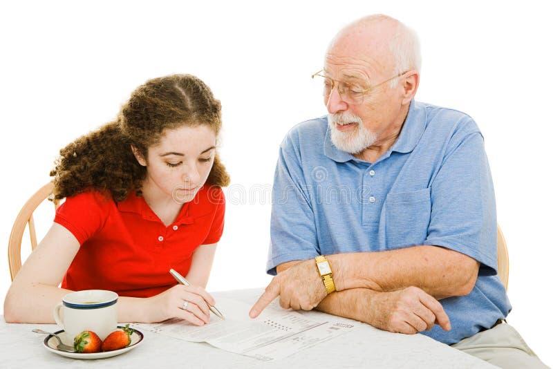 O Grandpa ajuda adolescente imagem de stock