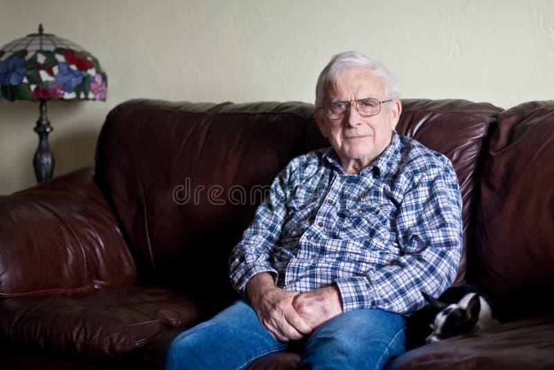 O Grandpa olha sério fotos de stock