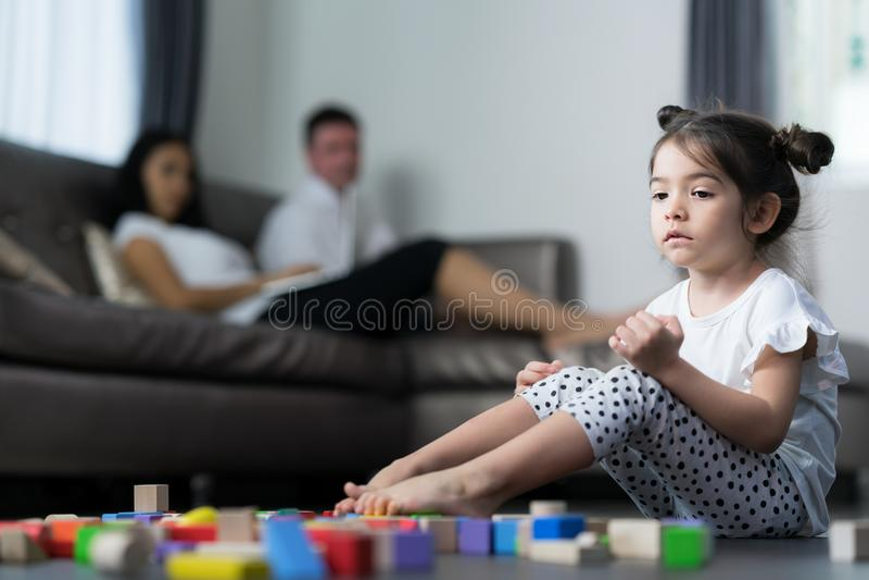 O grito do bebê e senta-se na sala de visitas com suas mamã e mãe fotografia de stock royalty free