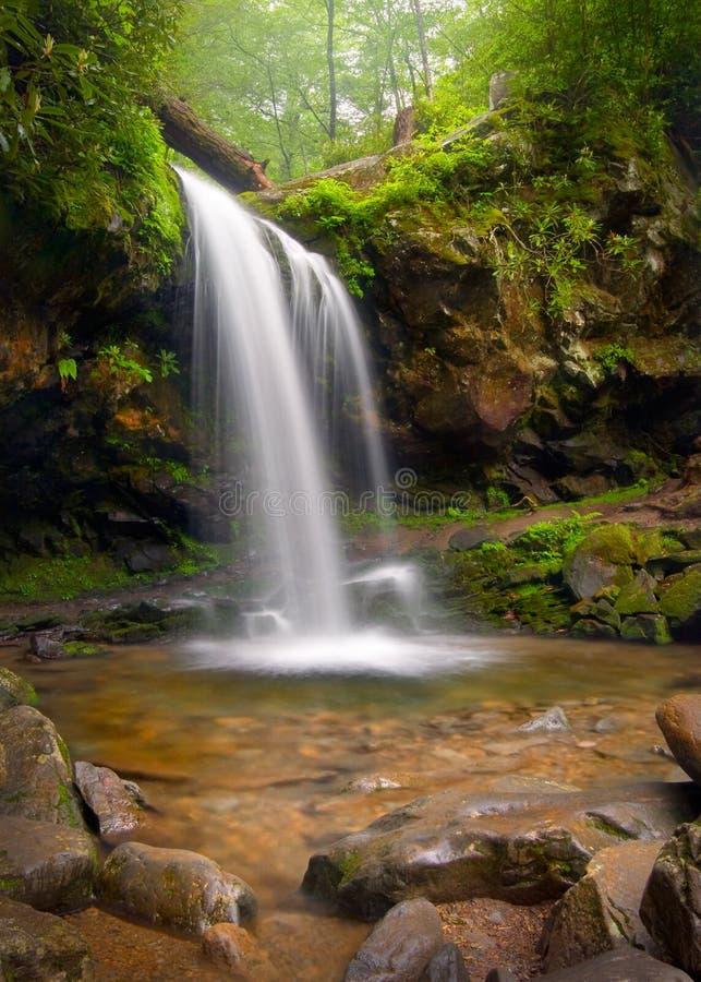 O Grotto cai cachoeira fumarento da montanha foto de stock royalty free