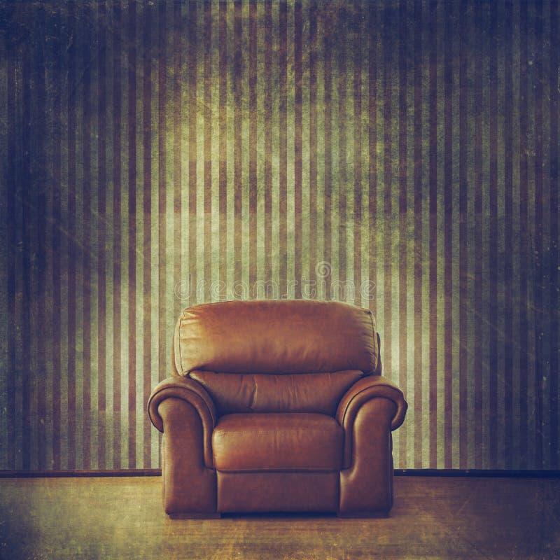 O Grunge filtrou o interior com papel de parede do vintage e a poltrona de couro clássica ilustração do vetor
