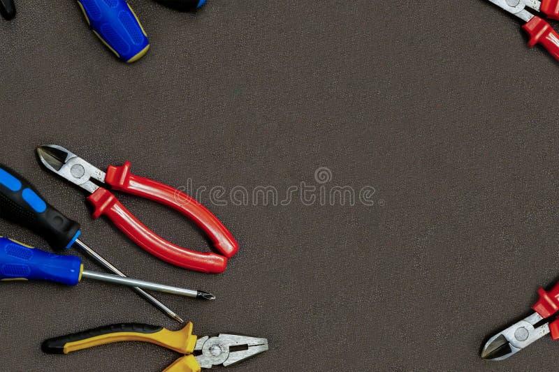 O grupo amarelo preto dos alicates da chave de fenda do mestre do reparo da casa do grupo de chaves de fenda copia o dpace no mod imagens de stock royalty free