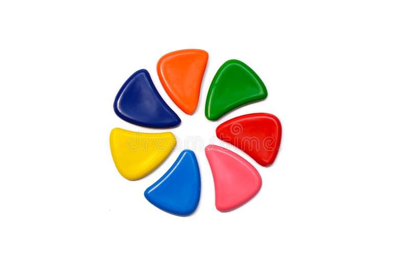 O grupo da cera colorido diferente escreve a formação do círculo imagem de stock