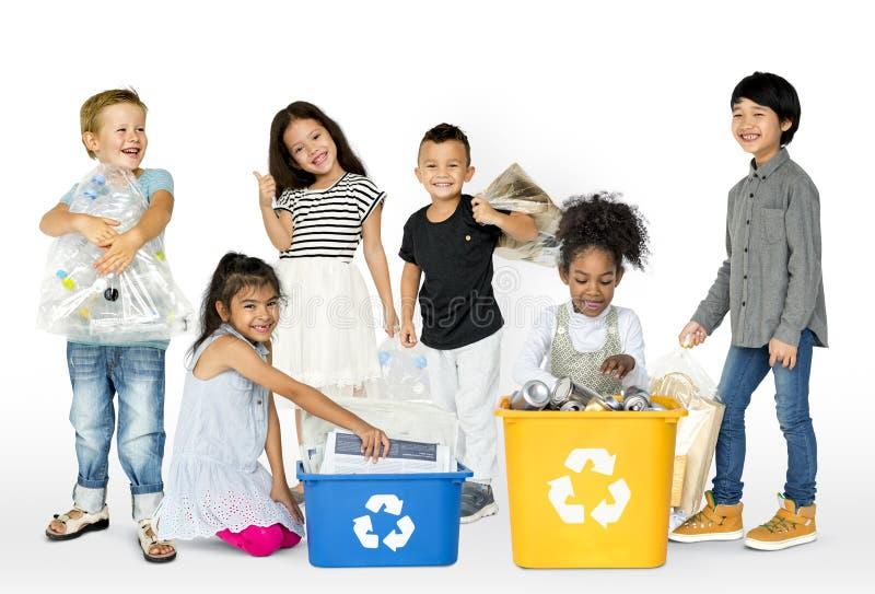 O grupo da ecologia de lixo separado das crianças para recicla imagem de stock royalty free