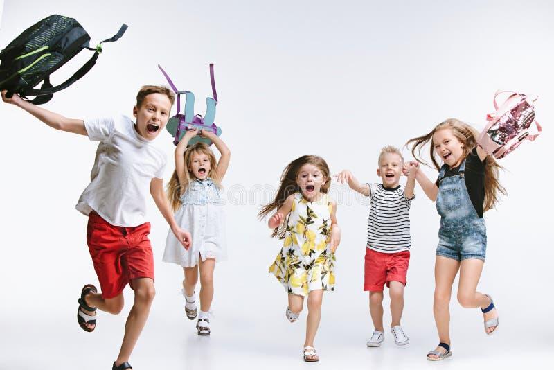 O grupo da felicidade de estudantes bonitos e adoráveis é de volta à escola imagens de stock royalty free