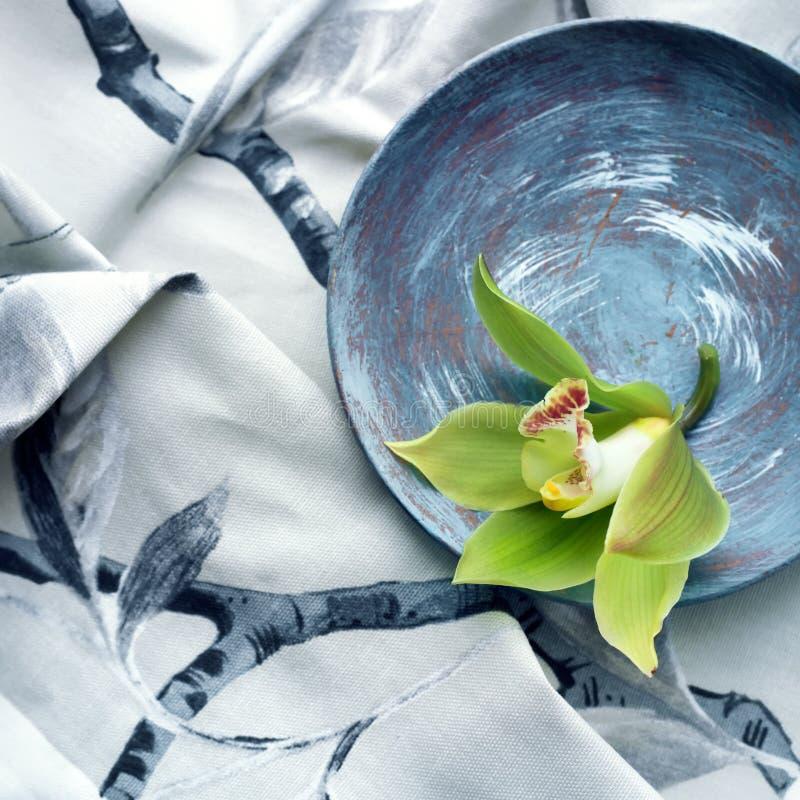 O grupo da flor da orquídea contra um cinza imprimiu a tela foto de stock