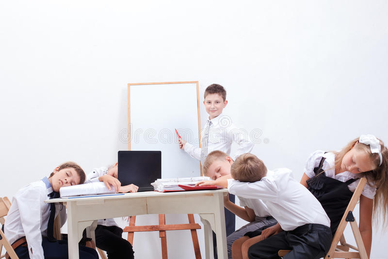 O grupo de adolescentes que sentam-se em um negócio fotos de stock