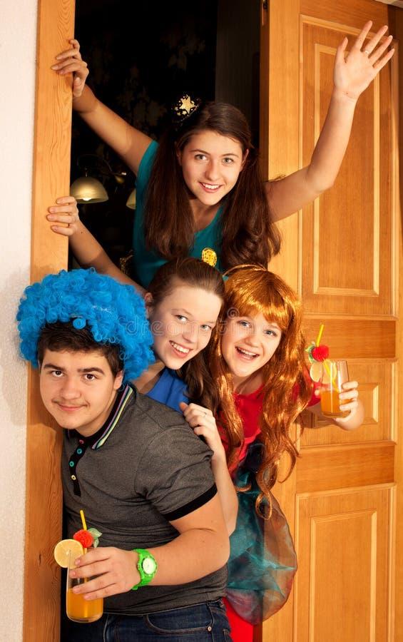O grupo de adolescentes tem o divertimento no partido imagens de stock royalty free