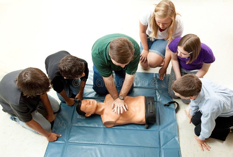 O grupo de adolescentes toma a classe do CPR imagem de stock royalty free