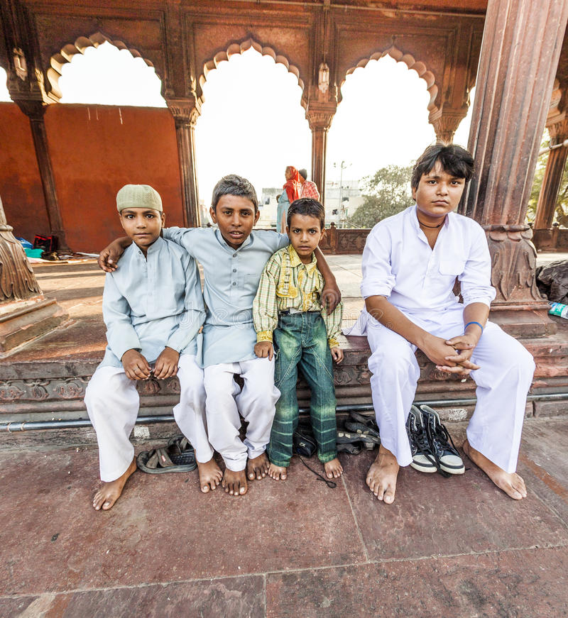 O grupo de adoradores descansa no pátio de Jama Masjid Mosque imagens de stock royalty free