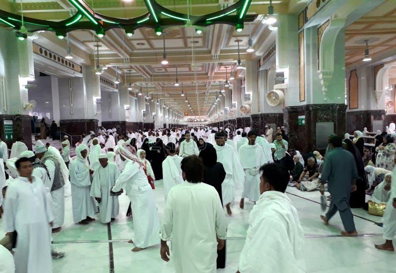 O grupo de adoradores muçulmanos está fazendo o saie que parte de Safa à montanha de Marwah, como um do processo do umrah e do Ha fotos de stock royalty free