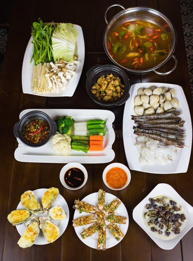 O grupo de alimento de mar de Ásia com escargot do coco, navalha do assado, ostra grelhada queijo, ferveu o vegetal que come com  imagens de stock royalty free