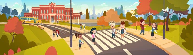 O grupo de alunos que andam em estudantes da raça da mistura da faixa de travessia vai à rua do cruzamento de escola ilustração do vetor