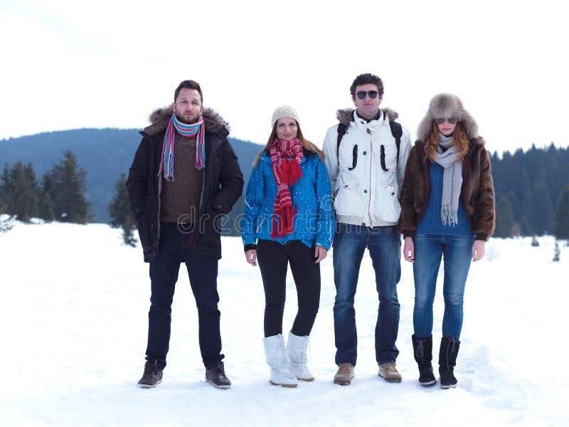 O grupo de amigos tem o divertimento e o relaxamento em férias do inverno imagens de stock royalty free