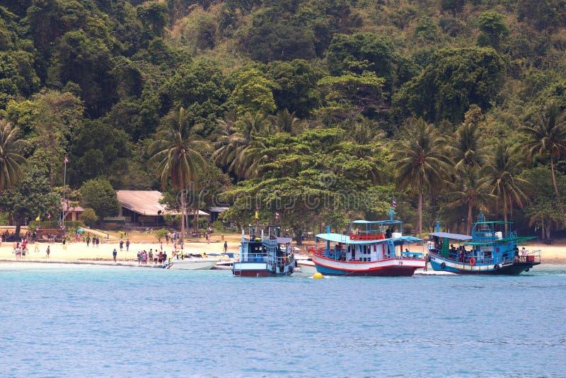 O grupo de barcos e de turistas do longtail no SOOU a ilha Soou a ilha situada perto de Koh Chang em Trat, Tailândia fotografia de stock royalty free