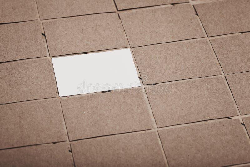 O grupo de cartões vazios está em uma tabela de madeira e é apresentado próximos um do outro Cartão branco no centro imagem de stock