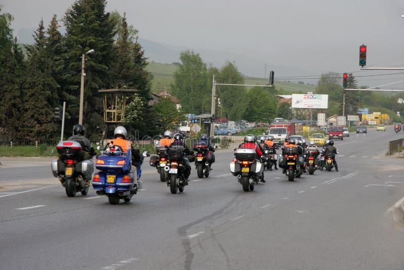 """O grupo de cavaleiros do motocycle na estrada no início do †da estação do moto """"próximo por Sófia, Bulgária, pode 14, 2008 fotografia de stock"""