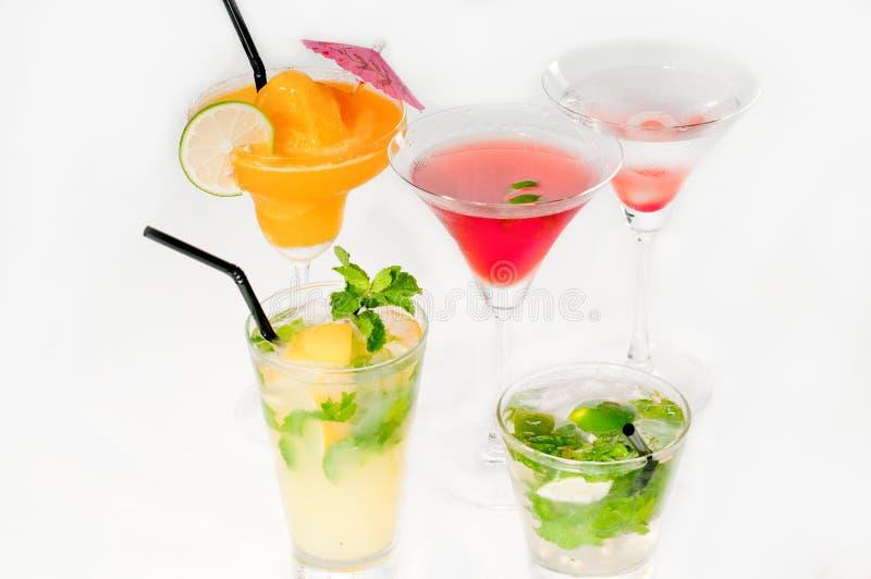 O grupo de cocktail bebe isolado no branco imagem de stock