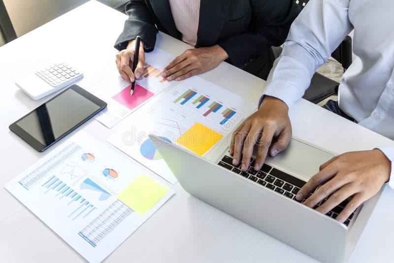 O grupo de colegas de trabalho trabalha junto o escritório, negócio que faz convers imagem de stock