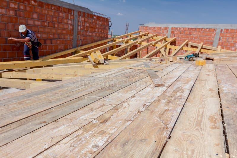 O grupo de construção dos carpinteiros está trabalhando no telhado novo fotos de stock