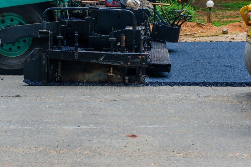 O grupo de construção de estradas pavimenta uma pista nova foto de stock royalty free