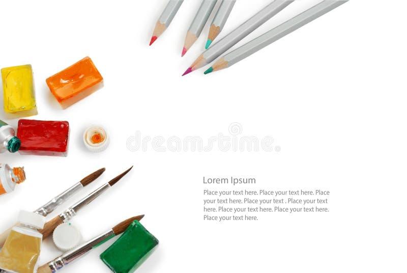 O grupo de cor escreve caixas da aquarela, os tubos e escovas de pintura usados Vista superior Imagem isolada com espaço para seu imagens de stock