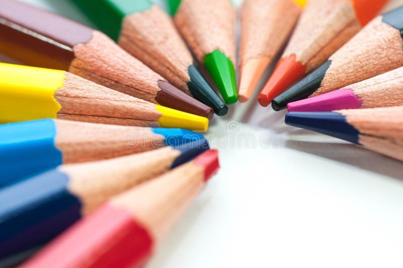 O grupo de cor escreve a formação de um meio círculo imagem de stock