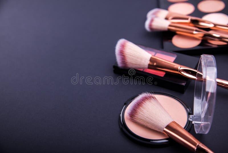 O grupo de cosméticos decorativos para o contorno e a composição bonita olha imagem de stock royalty free