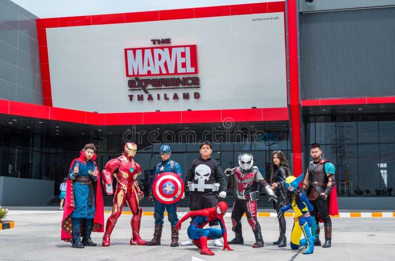 O grupo de Cosplayer é ato na frente da experiência Tailândia da maravilha em Megabangna, Samut Prakan, Tailândia fotografia de stock royalty free