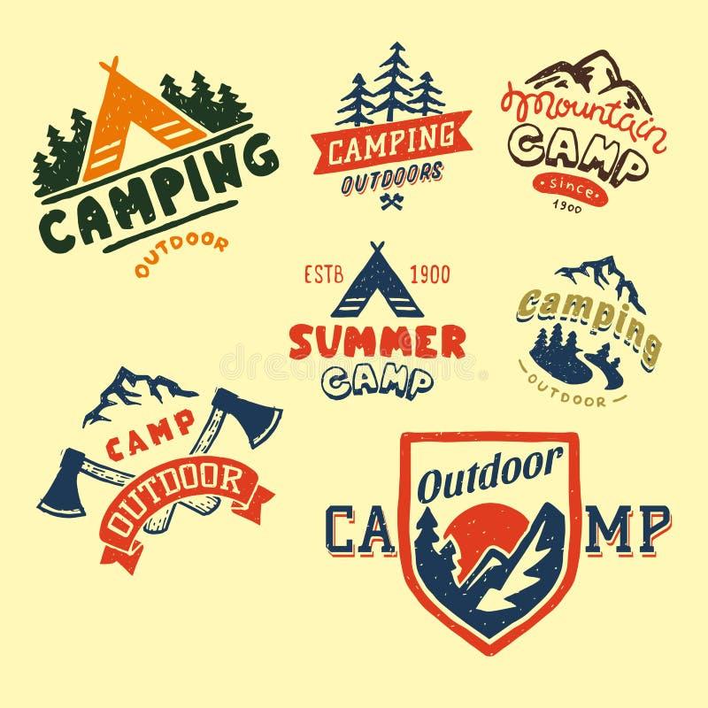 O grupo de crachás do acampamento das madeiras do vintage e o logotipo do curso entregam a acampamento tirado da montanha da natu ilustração do vetor