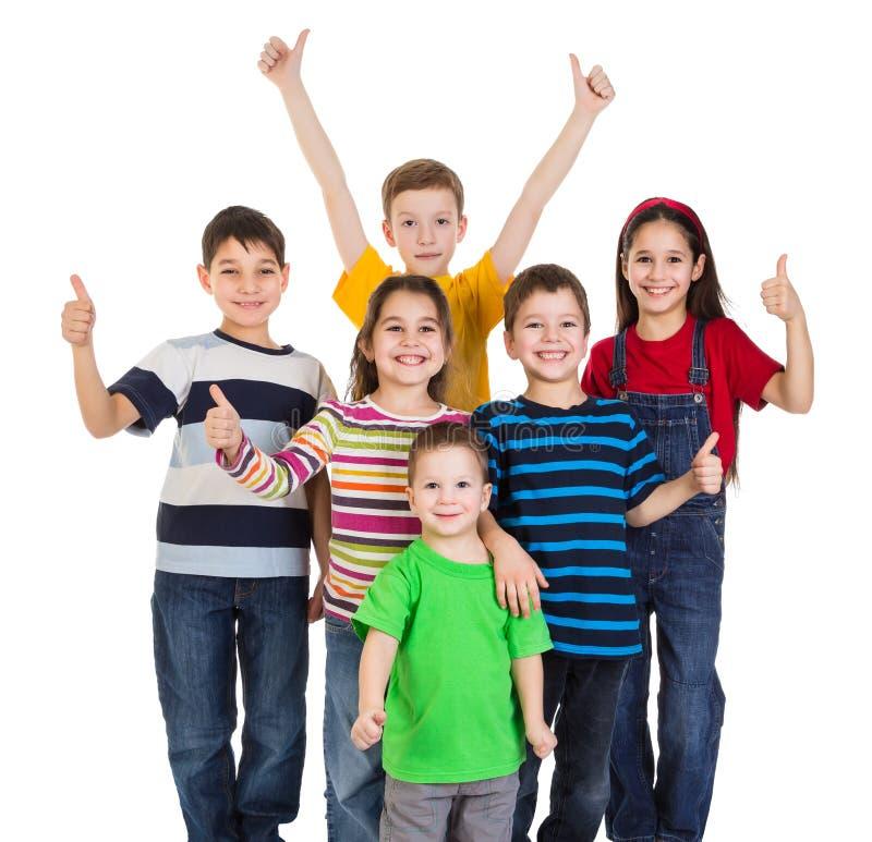 O grupo de crianças com polegares levanta o sinal fotos de stock royalty free