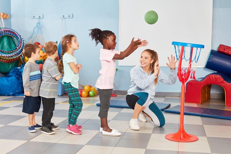 O grupo de crianças exercita o lance do basquetebol fotografia de stock royalty free