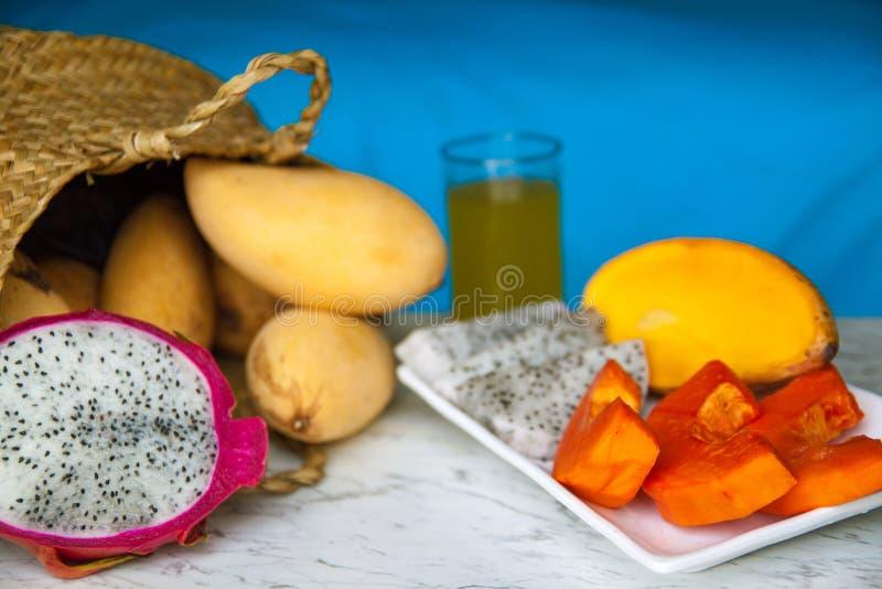 O grupo de diversos frutos diferentes tais como a manga, dragão, cal, papaia fotografia de stock royalty free