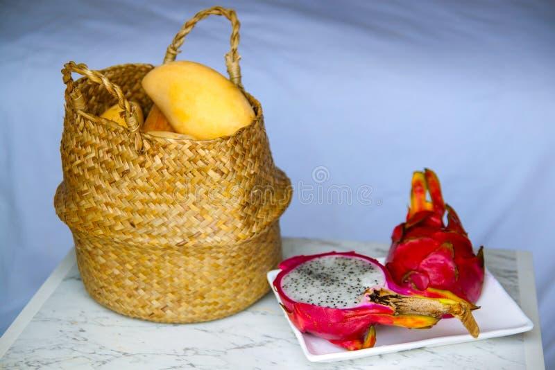 O grupo de diversos frutos diferentes tais como a manga, dragão, cal, papaia foto de stock