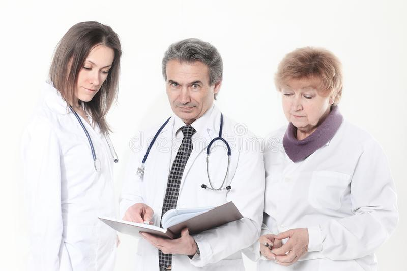 O grupo de doutores discute o diagnóstico do paciente Isolado no fundo branco foto de stock
