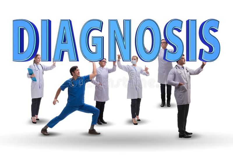 O grupo de doutores que guardam letras do diagnóstico foto de stock royalty free