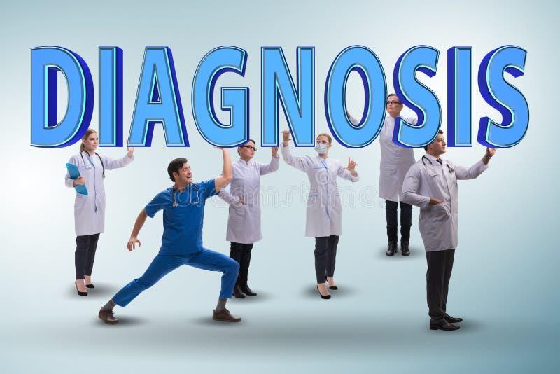 O grupo de doutores que guardam letras do diagnóstico imagens de stock royalty free