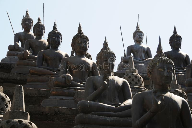 O grupo de estátuas da Buda e de stupas pequenos no templo de Gangaramaya, Colombo Gangaramaya é mentiras budistas importantes do fotos de stock