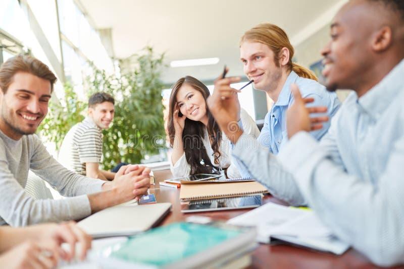 O grupo de estudantes aprende a matemática junto imagem de stock royalty free