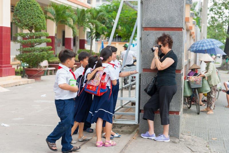 O grupo de estudantes não-informados levanta dispostamente para a fotografia fotografia de stock