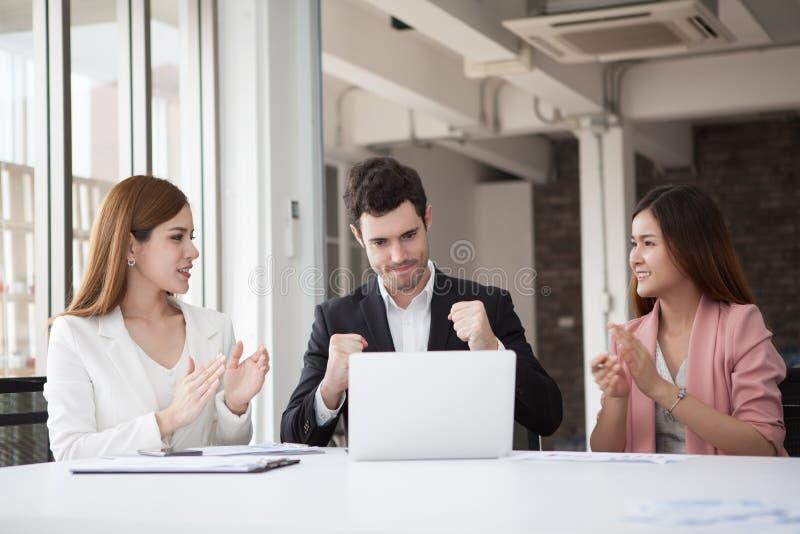 O grupo de executivos da equipe que comemora a mulher do sucesso aplaude fotos de stock