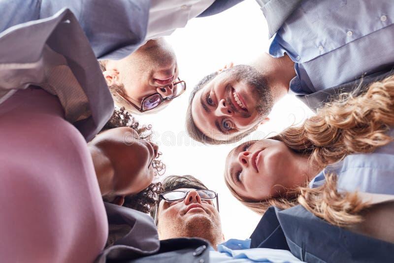 O grupo de executivos está estando no círculo imagens de stock