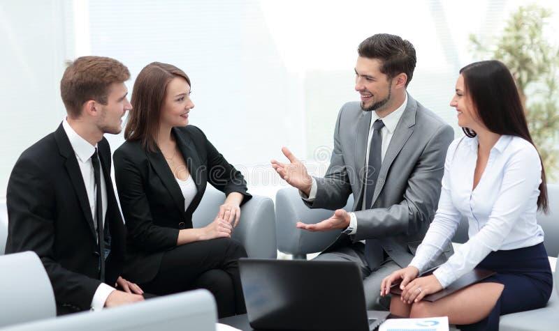 O grupo de executivos novos recolheu junto a discussão do crea imagens de stock royalty free