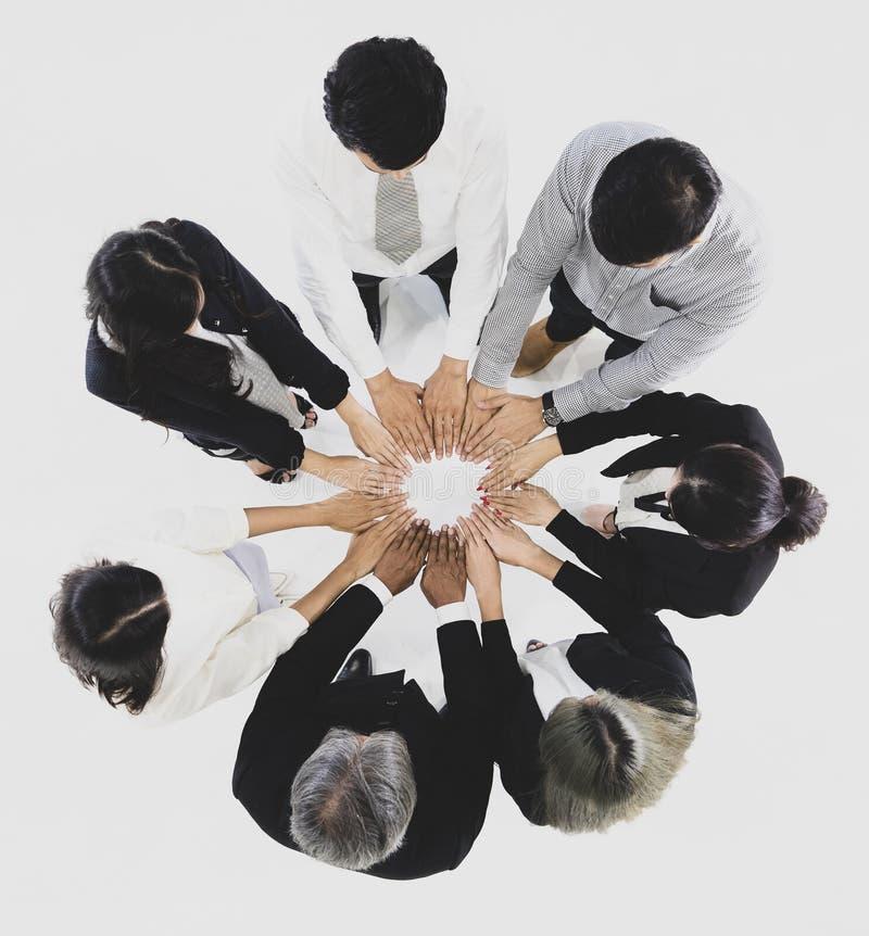 O grupo de 7 executivos que estão junto e toca em seu han fotos de stock royalty free