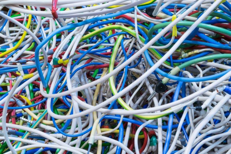 O grupo de fios bondes de cores diferentes é entrelaçado muito fotografia de stock royalty free