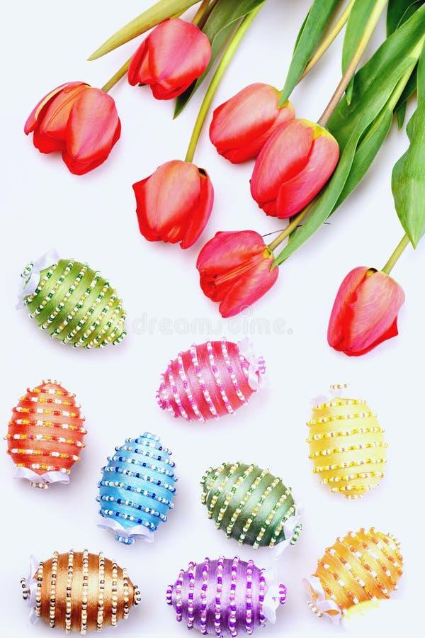 O grupo de flores próximo decorou ovos da páscoa em cores diferentes fotos de stock