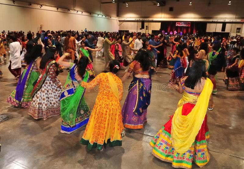 O grupo de homens e as mulheres são de dança e apreciando o festival hindu de vestir de Navratri Garba tradicional consuma foto de stock
