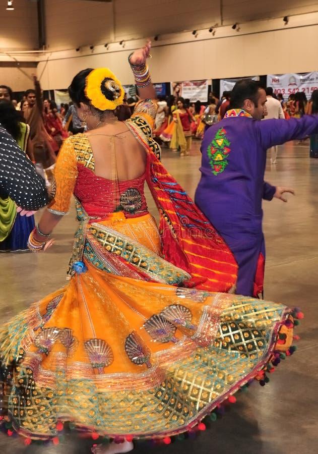 O grupo de homens e as mulheres são de dança e apreciando o festival hindu de vestir de Navratri Garba tradicional consuma foto de stock royalty free