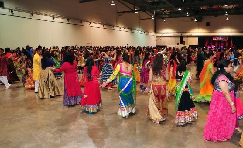 O grupo de homens e as mulheres são de dança e apreciando o festival hindu de vestir de Navratri Garba tradicional consuma imagem de stock royalty free
